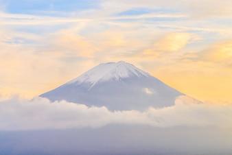 Mooi landschap met besneeuwde bergen