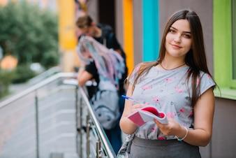 Mooi meisje op de veranda op de universiteit