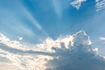 Mooie blauwe lucht met wolken en zonnestralen