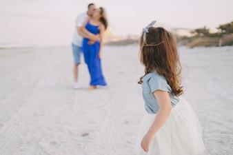 Mooie familie op het strand