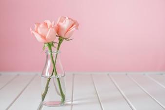 Mooie glazen vaas met twee bloemen