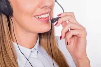 Mooie jonge call-center assistent lachend, geïsoleerd