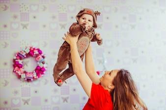 Mooie moeder gooit haar mooie zoon in de lucht