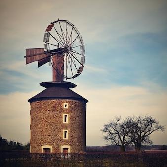 Mooie oude windmolen bij zonsondergang met lucht en wolken. Ruprechtov - Tsjechië - Europa.