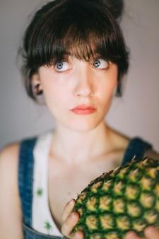 Mooie vrouw met ananas