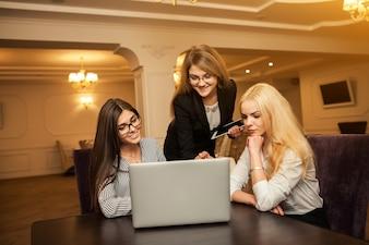 Multitasking zakelijke zakenlieden technologie persoon lachen