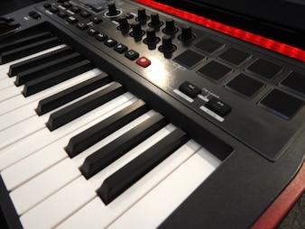 Muziekcontroller voorgrond, Elektronisch muziekinstrument of audio mixer of geluid equalizer (analoge modulaire synthesizer)