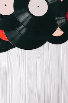 Muziekrecords op houten achtergrond