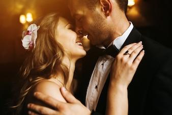 Newlyweds kijken naar elkaars gezicht en glimlachen