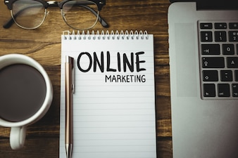 "Notebook met de woorden ""online marketing"""