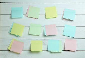 Notitiebladen op een witte houten bord