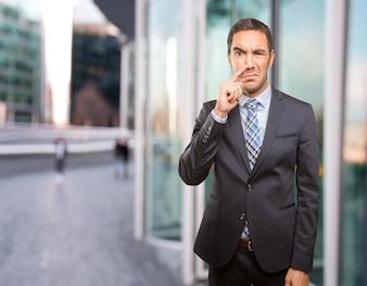 Ongerust gemaakte zakenman doet een slecht geur gebaar