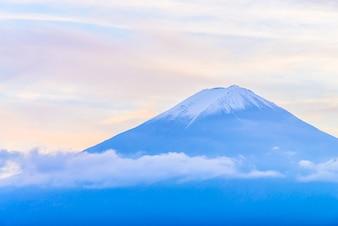 Ontzagwekkende landschap van de berg met sneeuw