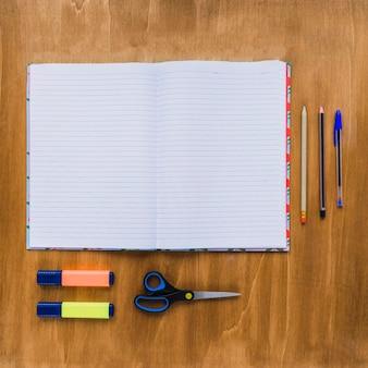 Open notitieboekje op georganiseerd bureau