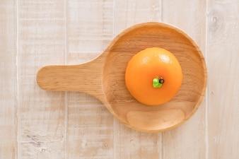 Oranje cake op de plaat