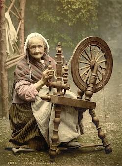 Oude spinnen garen vezels vrouw wiel