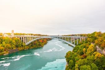 Overbruggen nieuwe moderne landschap water