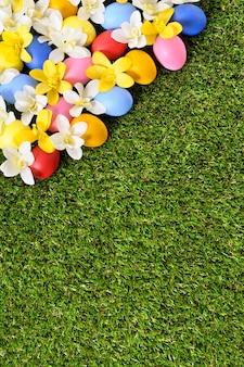 Paaseieren en gras achtergrond