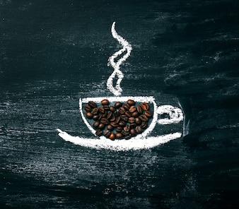 Painted kopje koffie met natuurlijke koffiebonen op een schoolbord.