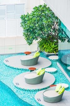 Outdoor stoelen vectoren foto 39 s en psd bestanden gratis download - Ontwikkeling rond het zwembad ...