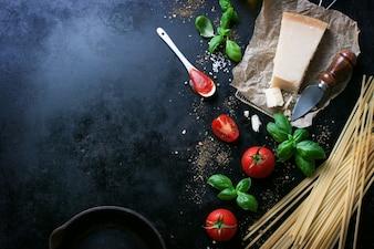 Parmesan recept met een stukje kaas en rauwe pasta en andere ingrediënten