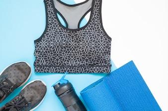 Platte lay-out van sportapparatuur met sportkleding in blauw en zwart kleur thema