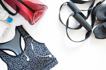 Platte lay sport bh, sneaker, handdoek en fles water, sportuitrusting, fitnessartikelen, bovenaanzicht