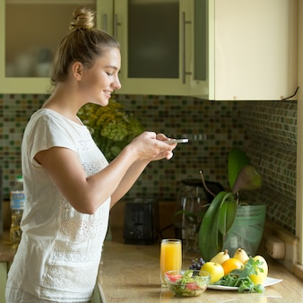 Portret van een aantrekkelijke vrouw foodstagramming