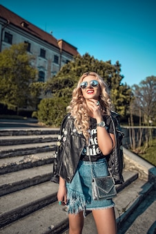 Portret van mode Europees meisje poseren in de stedelijke achtergrond