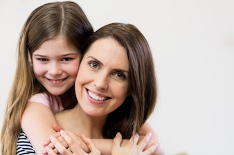 Portret van moeder en dochter omhelzen elkaar