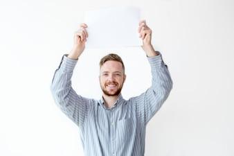 Portret van vrolijke zakenman bedrijf placard
