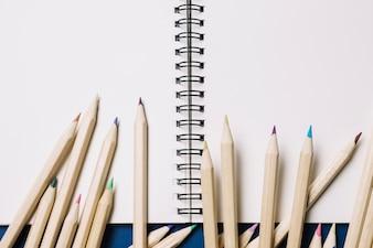 Potloden op schetsboek
