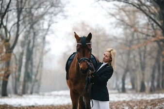 Prachtig paard en eigenaar in het bos