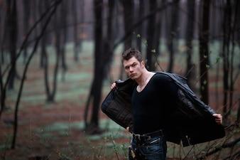 """""""Beefy man die jas in het bos afneemt"""""""