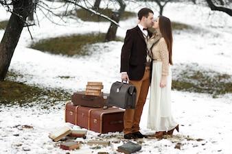 """""""Bruid en bruidegom staan in het park knuffelen"""""""