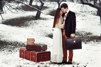 """""""Bruid en bruidegom staan met bagage buiten"""""""