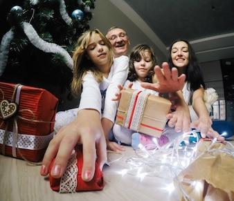 """""""Familie met kerstcadeaus"""""""
