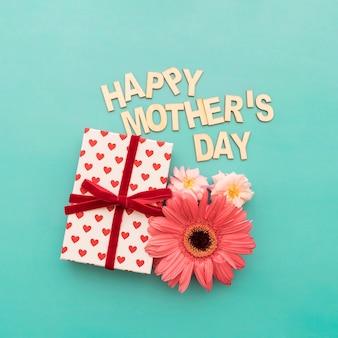 """""""Happy moederdag"""" belettering, cadeauverpakking en bloemen close-up"""