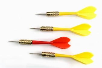 Red dart target leiderschap van drie geel dart doel