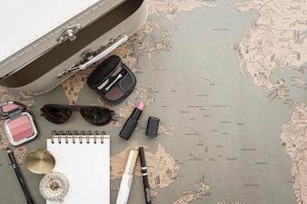 Reizen achtergrond met koffer en beauty accessoires