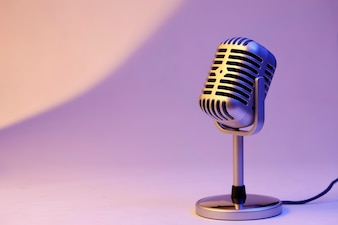Retro microfoon geïsoleerd op kleur achtergrond