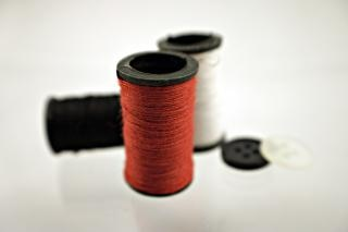 Rode draad en knoppen