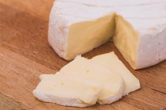 Romige Brie op rustieke houten achtergrond, bovenaanzicht