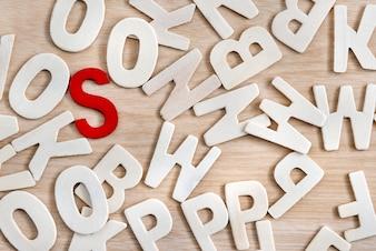 Rood alfabetleider van letters