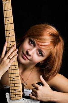 Roodharig meisje met gitaar