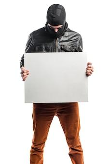 Roper die een lege plakkaart houdt