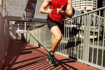 Runner in rode t-shirt toont duimen omhoog in beweging