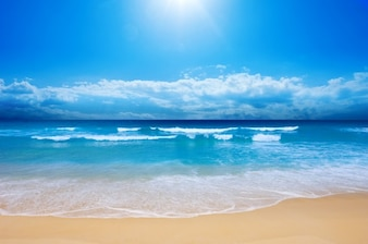 Rustig strand en blauwe hemel