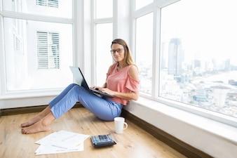 Rustige mooie zakenvrouw doet verslag thuis