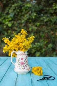 Scène van de lente met gele bloemen en een schaar